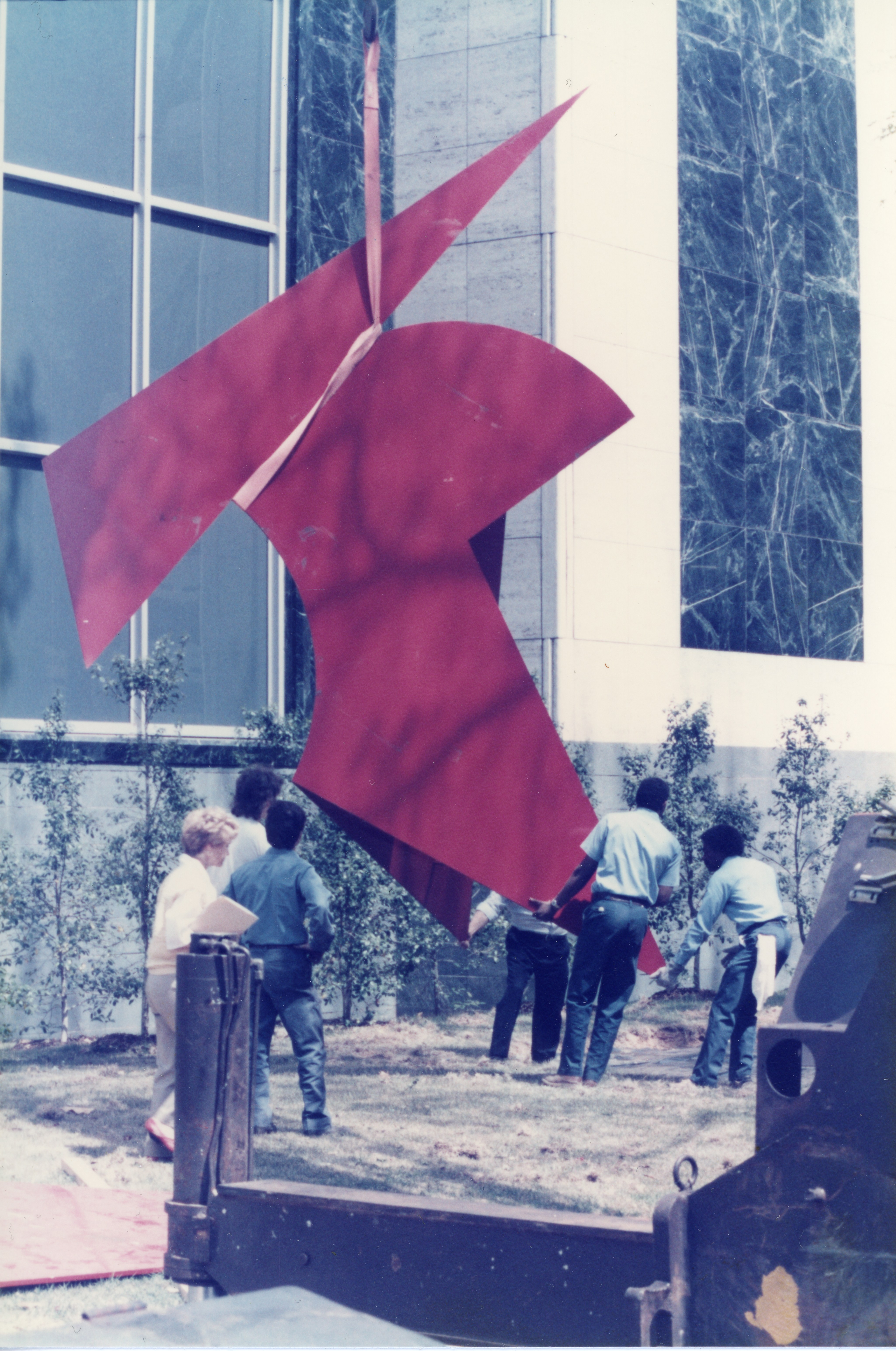 A crane lowers components of Kaikoo II onto the ground outside the Museum on April 25, 1986. Image from the Birmingham Museum of Art archive.